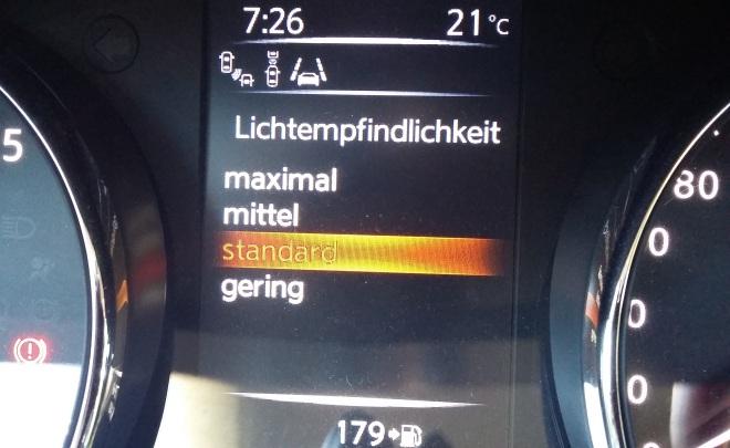 Digitalanzeig der Einstellung der Empfindlichkeit der automatischen Beleuchtung in einem Nissan Pulsar